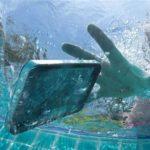 O que fazer quando o celular cai na água: dicas