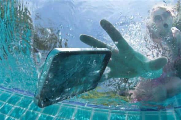 O que fazer quando o celular cai na água